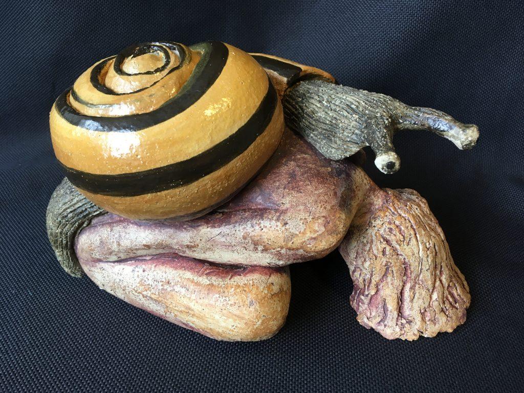 slak-vrouw voorover gebogen, hoogte 20 cm wit bakkende grove chamotteklei bewerkt met ijzeroxyde en clay-bright